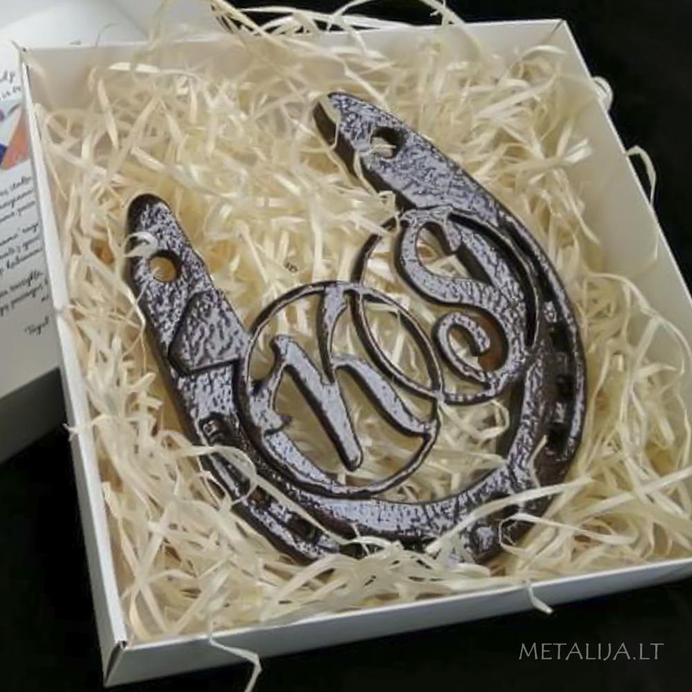 Metalinė pasaga su inicialais